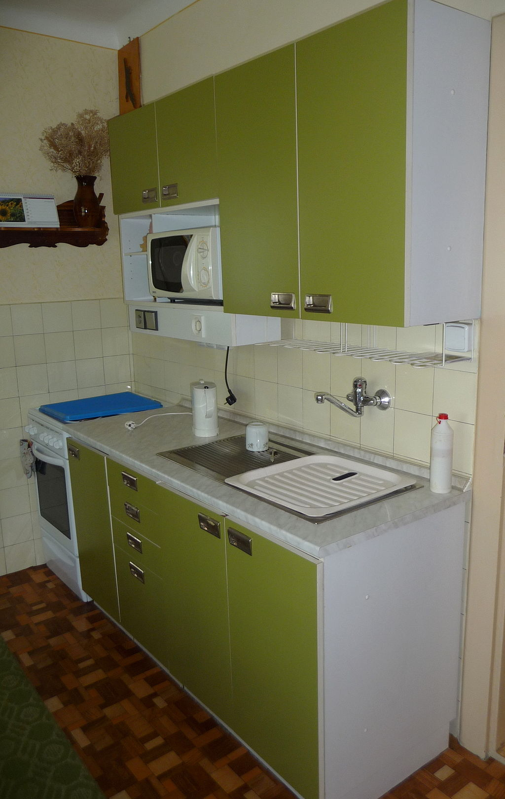 1024px-Green_kitchen_cabinet_(2)